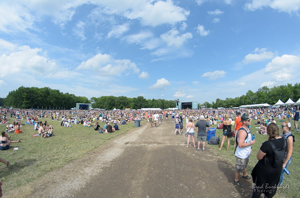 Fans travel between stages at Firefly Music Festival 2015