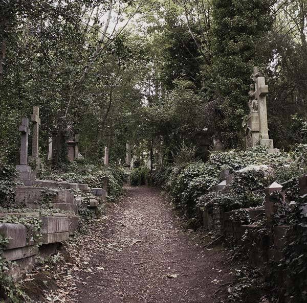 Best Gothic Cemeteries to Visit: Highgate Cemetery, London UK