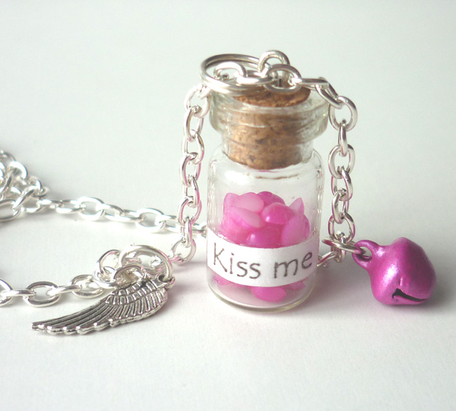 kiss_me_necklace_phial_bottle_heart_valentine_day_necklaces_5.JPG