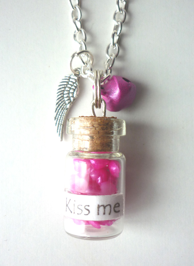 kiss_me_necklace_phial_bottle_heart_valentine_day_necklaces_3.JPG
