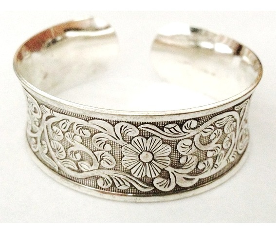 pretty_flower_design_embossed_silver_col_metal_bangle_necklaces_2.jpg