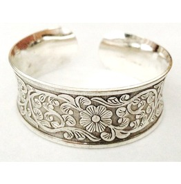 Pretty! Flower Design Embossed Silver Col Metal Bangle