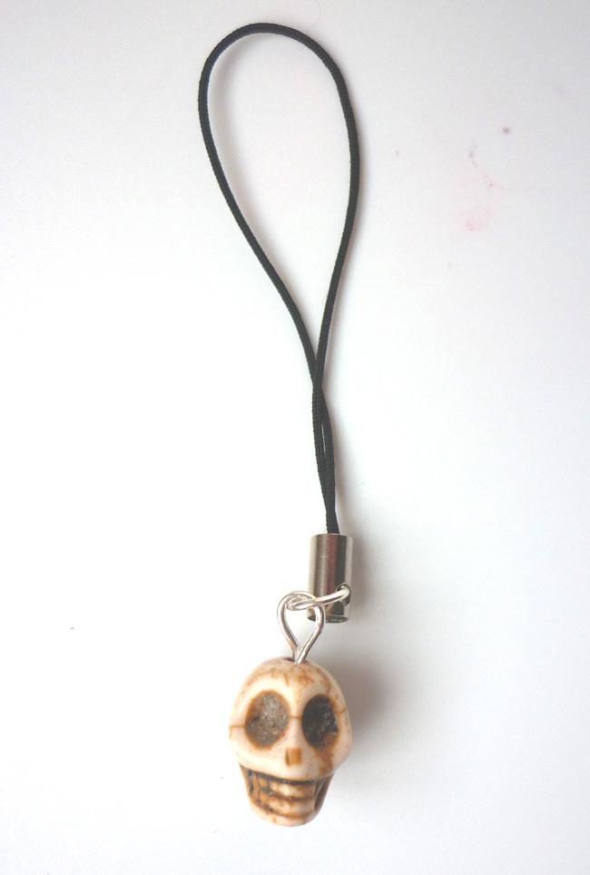 little_beige_ecru_skull_strap_keychains_3.JPG