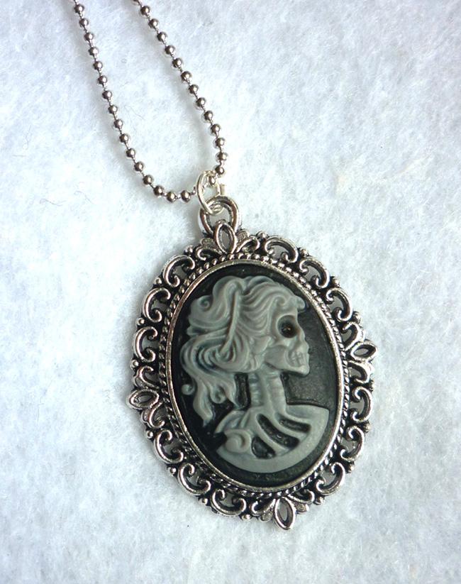 dead_lady_necklace_grey_black_color_skull_skeleton_halloween_necklaces_5.JPG