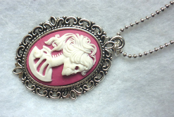 dead_lady_necklace_white_raspberry_pink_color_skull_skeleton_halloween_necklaces_4.JPG