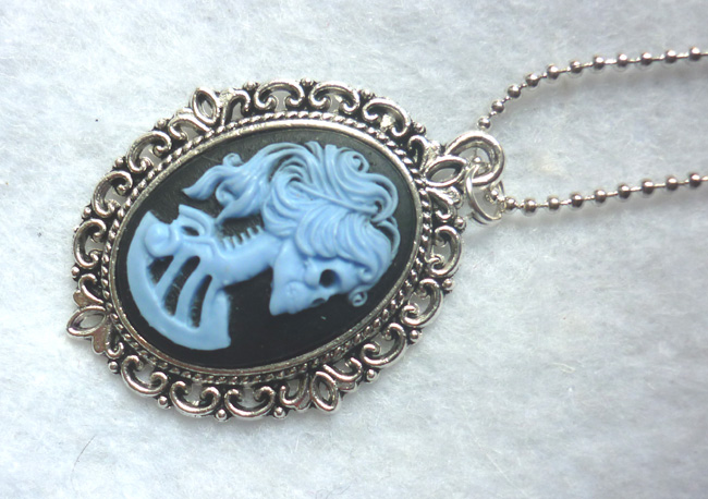dead_lady_necklace_blue_color_skull_skeleton_halloween_necklaces_2.JPG