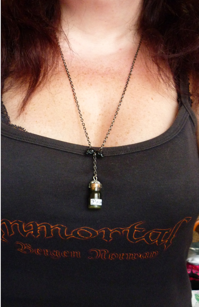 poison_long_necklace_gothic_macabre_skull_wicca_witch_wiccan_esoteric_vial_necklaces_5.JPG