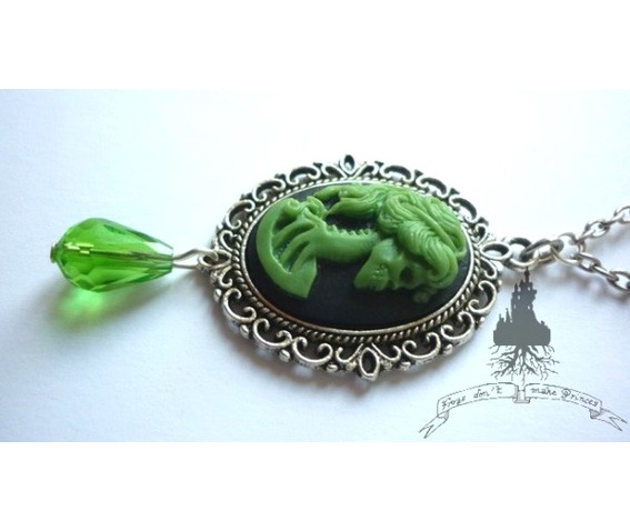 dead_lady_necklace_green_on_black_color_skull_skeleton_halloween_necklaces_4.jpg