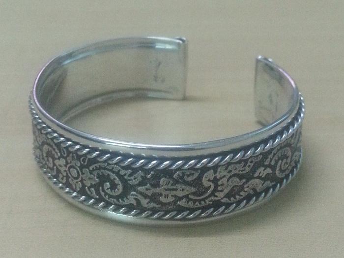 bangle_cuff_bracelet_women_stainless_steel_classic_vintage_antique_old_thai_design_pattern_emboss_twine_strand_silver_colo_bracelets_5.jpg