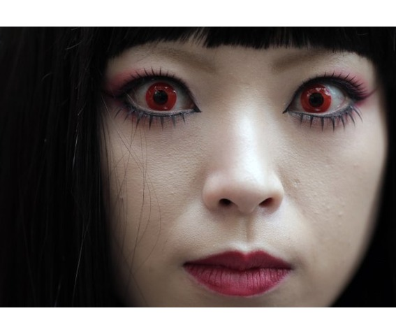 red_vampire_halloween_contact_lenses_makeup_5.jpg