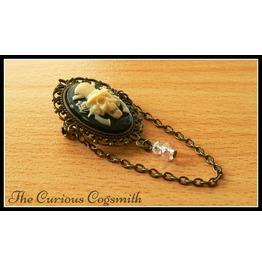 Gothic Skull & Guns Brooch (Peach)