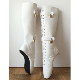 Qua Lockable Heelless Lace Up Knee Ballet Fetish Boot 4 Padlock White Matte