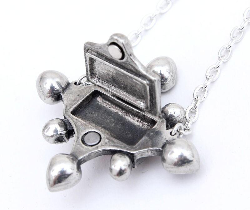 poison_locket_pewter_pendant_pendants_2.jpg