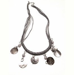 Pretty Choker Necklace With Shell At Front