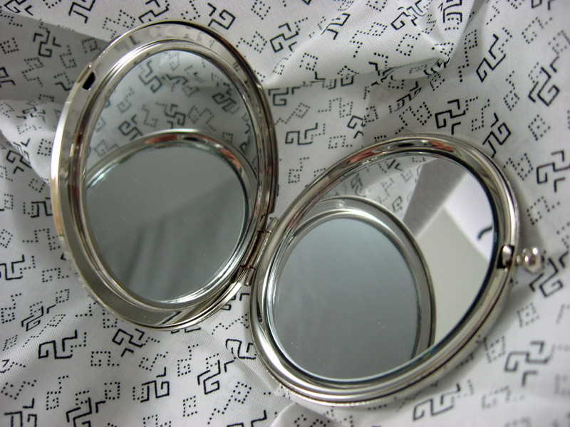 compact_mirror_the_pentagram_cosmetics_and_make_up_2.jpg