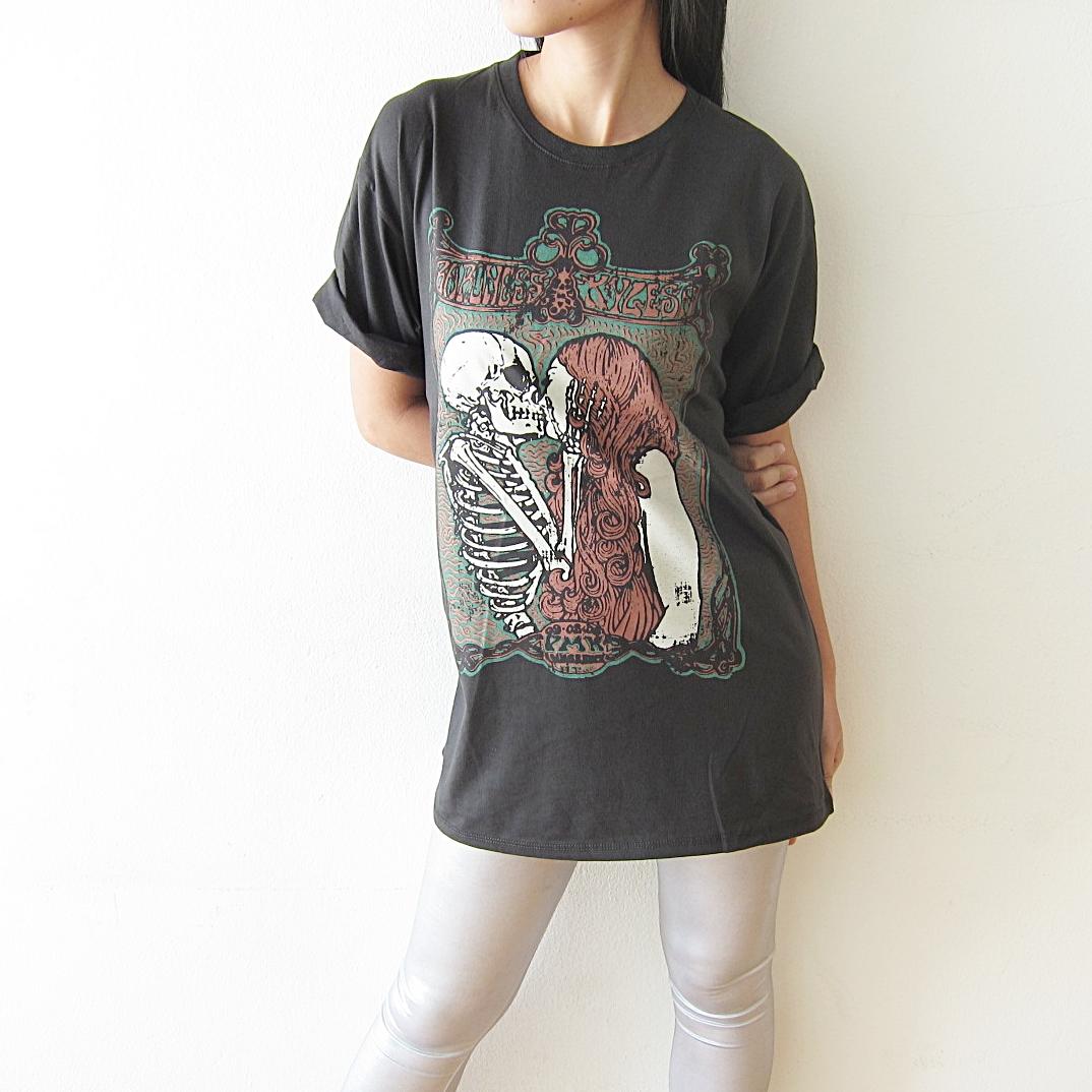 skull_kiss_girl_punk_rock_gothic_t_shirt_size_m_l_tees_3.JPG