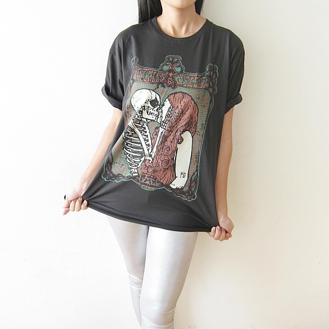 skull_kiss_girl_punk_rock_gothic_t_shirt_size_m_l_tees_4.JPG