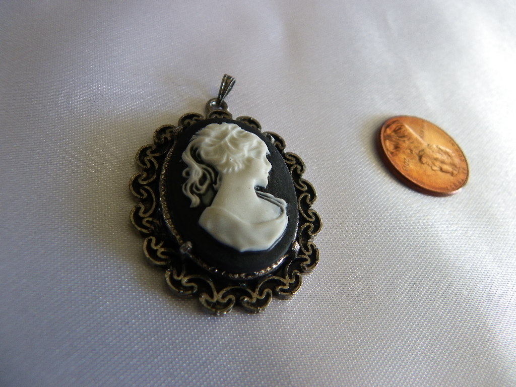 white_lady_cameo_black_w_pewter_pendant_necklace_necklaces_2.JPG