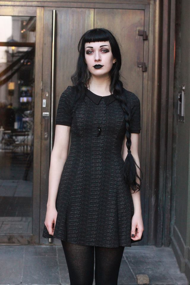 How can you dress goth?