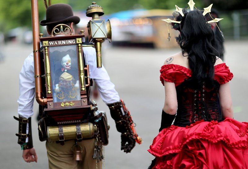 Steampunk gothioc costumes with steampunk props