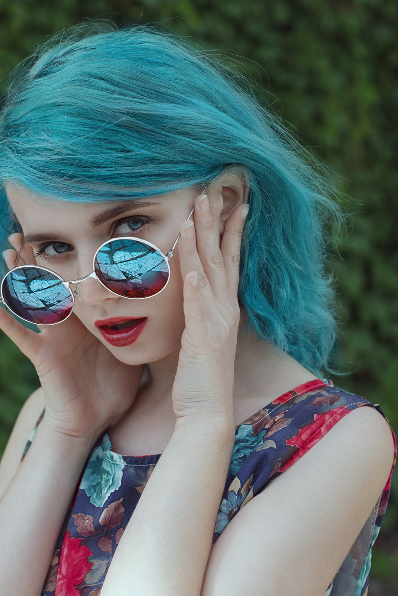 Cool blue hair color and edgy sunglasses for a sweet summer style